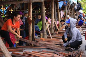 Đồng Kỵ: Chợ làng phơi gỗ giữa đường