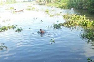 Hàng trăm người dân lặn sông tìm thi thể học sinh lớp ba đuối nước