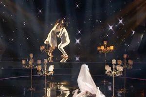 Phượng Vũ ngã sõng soài trên sân khấu 'Ai sẽ thành sao'