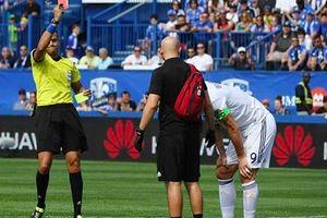 Tát vào mặt đối thủ, Ibrahimovic lĩnh thẻ đỏ trên đất Mỹ