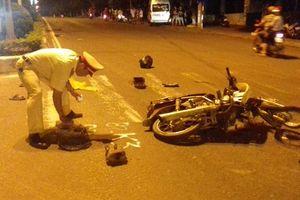 Xe chở khách tông xe máy rồi đâm đầu vào gốc cây