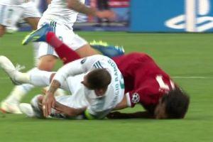 CĐV phẫn nộ với pha bẻ vai 'như võ sĩ MMA' của Ramos với Salah