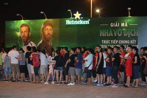 Giới trẻ Hà Nội 'đội mưa' đi xem trận chung kết Champions League 2018