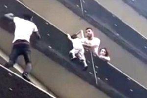 'Người Nhện' châu Phi tay không leo 4 tầng cứu bé trai trong 1 phút