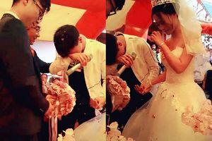 Thanh niên khóc như mưa trong ngày chị gái đi lấy chồng khiến dân mạng rung rinh vì đã đẹp trai lại còn tình cảm
