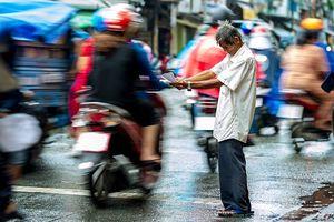 Xúc động trước hình ảnh cụ ông bán vé số mếu máo giữa dòng người tấp nập 'chạy mưa' ở Sài Gòn