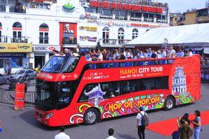 Trải nghiệm xe buýt 2 tầng mui trần đầu tiên tại Hà Nội