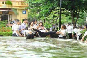 Đang chụp ảnh kỷ yếu bỗng trời đổ mưa, học sinh có bộ ảnh siêu lầy