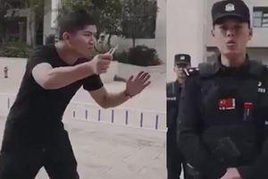Cảnh sát dạy cách phòng vệ khi bị tấn công bằng dao và cái kết... không mong đợi