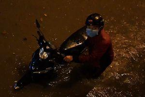 Đường Nguyễn Hữu Cảnh ngập gần 1 m trong đêm mưa