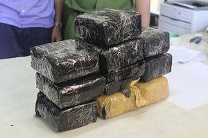 Nghệ An: Bắt giữ 2 đối tượng vận chuyển 10kg ma túy đá