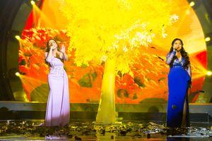 Minh Tuyết và Nam Hương hát Đợi em đến hoa cũng tàn