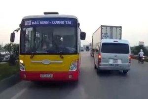Lái xe buýt đi ngược chiều trên quốc lộ bị tước bằng, phạt 1 triệu đồng