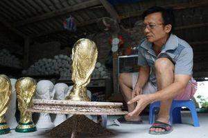Dân mạng thích thú cúp vô địch World Cup tại VN