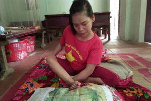 Cô gái nhiễm chất độc da cam dành 3.670 giờ thêu tranh bằng chân