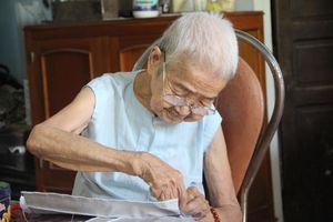 Gặp cụ bà gần 100 tuổi từng may gối cung đình Huế