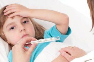 Chớ hoảng loạn hãy bình tĩnh xử trí khi trẻ bị sốt cao, co giật