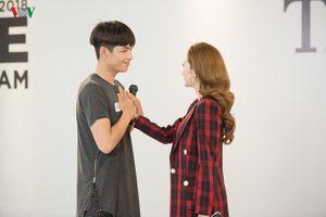 Hết nắm tay rồi ôm, Minh Hằng giúp hot boy trong MV 'Rời bỏ' đi tiếp