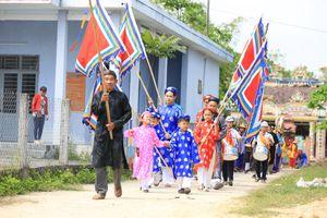 4 cặp bố con nhập thân văn hóa tại lễ hội làng Túy Loan, Đà Nẵng