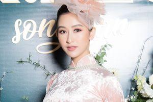 Á hậu Hà Thu diện đầm nhung kiêu kỳ, hóa quý cô Sài Gòn xưa