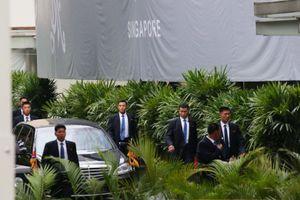 Hình ảnh vệ sĩ áo đen Triều Tiên 'một bước không rời' ông Kim Jong-un tại Singapore