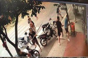 Truy tìm các đối tượng mang hung khí 'tấn công' 2 bố con