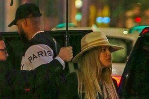 Khloe Kardashian xuất hiện cùng tình trẻ sau scandal ngoại tình
