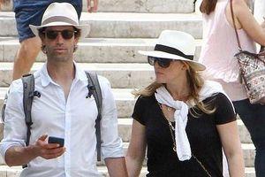 'Bông hồng Anh' Kate Winslet tình tứ hôn chồng thứ 3 trên phố