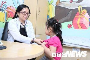 Bé gái 'lùn tịt' ở TP.HCM tăng hơn 17cm sau khi tiêm hormone