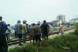 Thanh Hóa: Cố băng qua đường sắt, hai người tử vong
