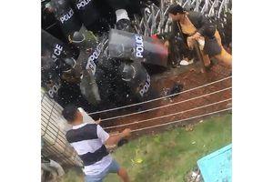 Bắt thanh niên bê tảng đá 30 kg ném cảnh sát cơ động ở Pouyuen