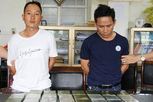 Cảnh sát đột kích nhà nghỉ bắt 2 người mang 23 bánh heroin
