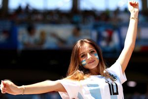 'Cân đo' nhan sắc của CĐV nữ Argentina và Iceland