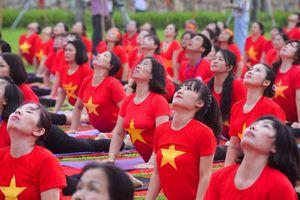 800 người đồng diễn yoga dưới chân non thiêng Yên Tử