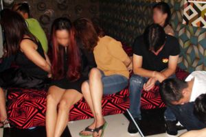 Hàng chục 'dân chơi' nam nữ 'bay lắc' trong quán karaoke
