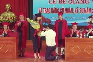 Phó bí thư đoàn trường quỳ gối cầu hôn sinh viên trong lễ trao bằng tốt nghiệp