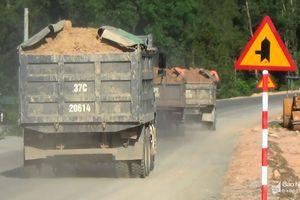 Xe chở đất 'vô tư' gây ô nhiễm trên Quốc lộ 15A