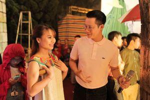 Ca sĩ Hoàng Bách hát cùng người đẹp khuyết tật ở Sapa