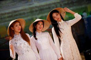 Nhóm nhạc nổi tiếng Hàn Quốc xinh đẹp trong tà áo dài