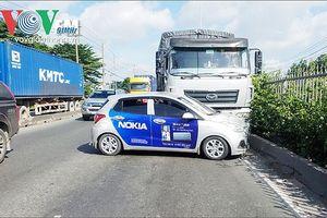 Ô tô bị xe tải đẩy hàng chục mét, hành khách hoảng loạn kêu cứu
