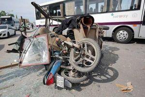 Xe ba bánh nghênh ngang giữa phố Thủ đô khiến bao người đi đường chết oan