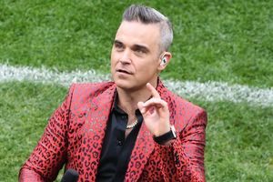 Vì sao Robbie Williams giơ 'ngón tay thối' trêu tức cả tỷ người trong lễ khai mạc World Cup?