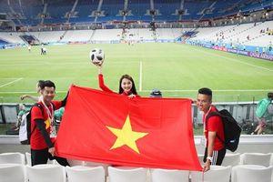 Mỹ nhân Việt mang cờ đỏ sao vàng đến các SVĐ ở World Cup 2018