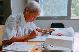 Cụ ông U.80 sống một mình, ngày ngày cặm cụi lên thư viện học tiếng Anh