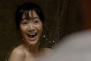 Jang Mi hốt hoảng vì bị S.T nhìn trộm khi đang tắm trong 'Tìm vợ cho bà'