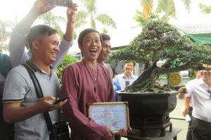 Danh hài Hoài Linh mừng rơn khi giành giải nhất cuộc thi... cây bonsai