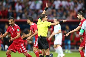 Cầu thủ Iran lao ra sân ăn mừng, nhưng rồi tan mộng khi VAR lên tiếng
