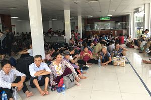 Người nhà bệnh nhân nằm la liệt tại khuôn viên và sảnh các bệnh viện trong ngày nắng nóng