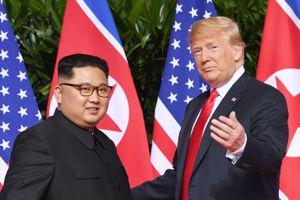Dù ca ngợi Kim, Trump vẫn trừng phạt Triều Tiên thêm 1 năm