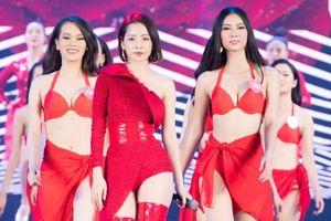 Tổng duyệt Hoa hậu Việt Nam: Thí sinh diện bikini đỏ rực bên Chi Pu